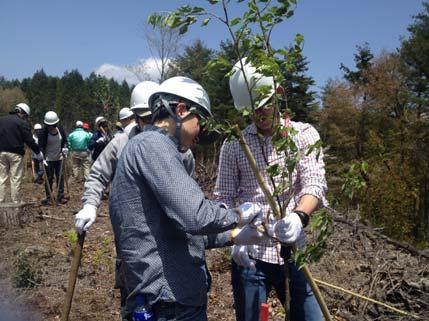 植樹活動に汗を流す参加者