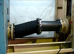 1000kGy照射後、繰返偏心試験を行うゴム伸縮継手