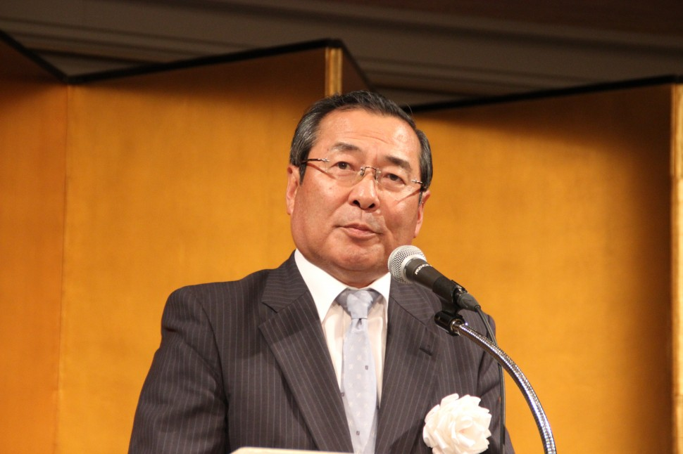 懇親会であいさつする藤岡新会長