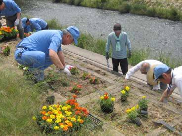 季節の花々を植える東海ゴムの従業員