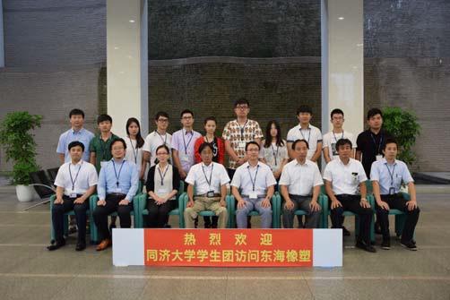 集合写真に納まる同済大学浙江学院訪問団と同社関係者