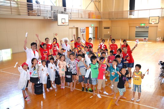 石巻市立飯野川第一小学校での化学実験教室に参加した児童とプロジェクトメンバー