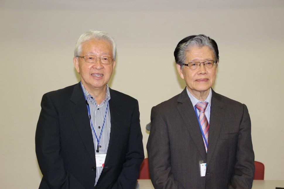 記者会見した大村昭人委員長(左)とチェアマンのオン・エン・ロン氏(右)