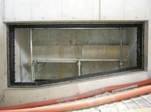 建物の車路排煙口に取り付けられたサンタック可とうジョイント