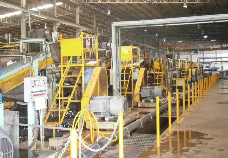 STEC工場、何度も粉砕し、ミリ単位まで天然ゴムを細かくしていく