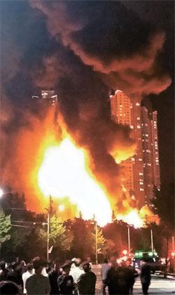 物流倉庫から炎が上がる様子