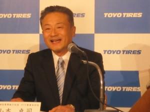 笑顔で会見する山本卓司次期社長