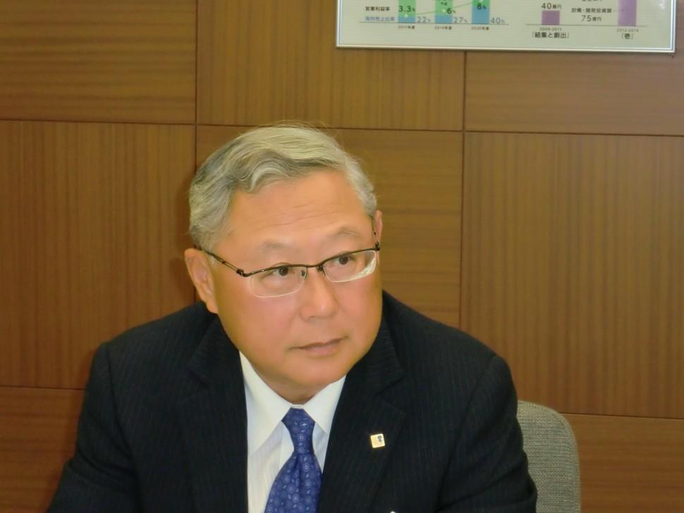 決算発表する新田社長
