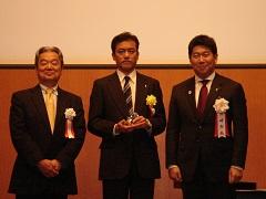 ™写真左から、足立CCかわさきエコ会議会長、長井川崎事業所長、福田川崎市長