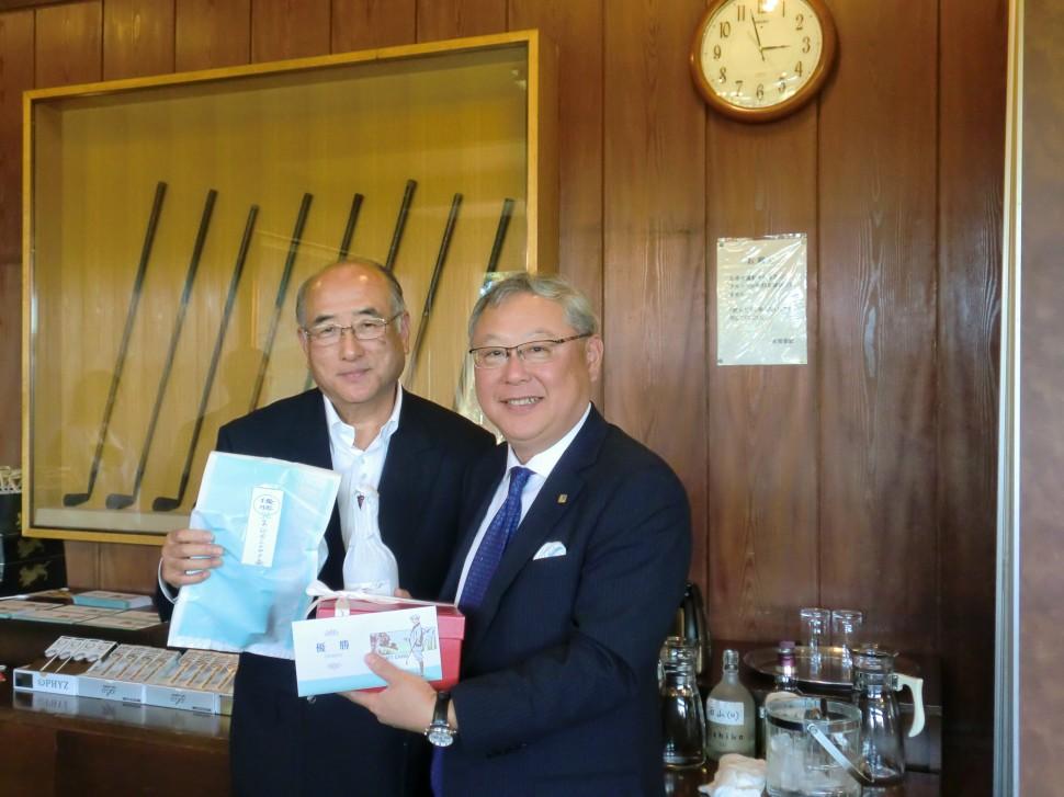 右・優勝の新田社長、左・優勝記念品を授与するニシヤマの佐藤昌幸社長