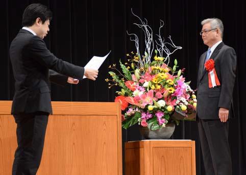 感謝状を手渡される尾崎副社長(右)