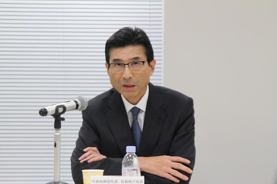 CR事業買収の経緯を説明する吉高社長