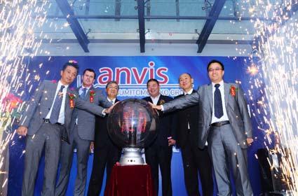 完成を祝う渡辺副社長(左から3 人目)ら