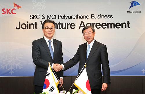 写真左から、SKCパークCEO、三井化学淡輪社長