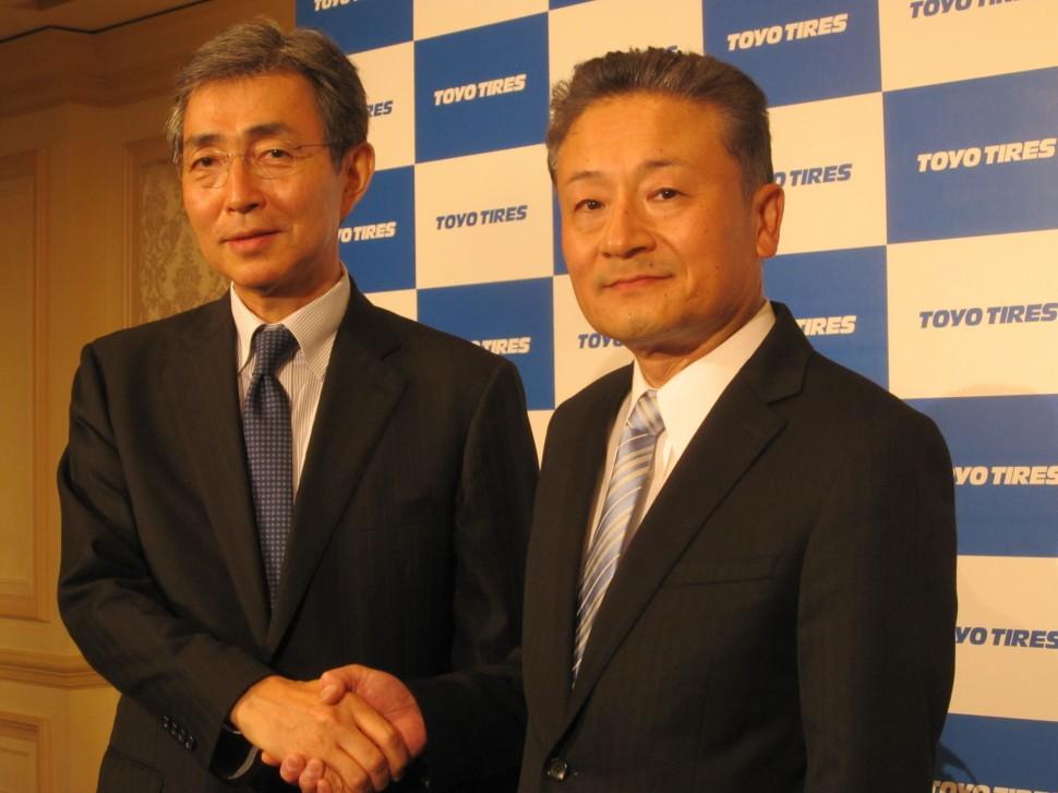東洋ゴム信木明代表取締役会長(左)と山本卓司代表取締役社長