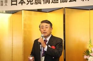 乾杯の発声する日本建築設備・昇降機センターの杉山理事長
