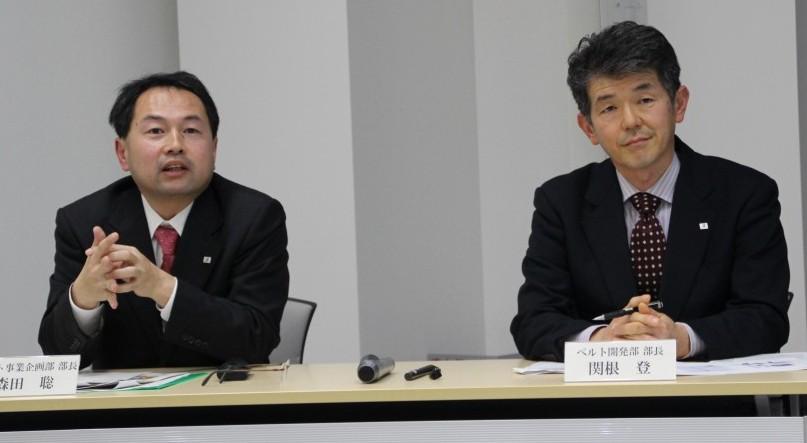 記者の質問に答える森田部長(左)と関根部長