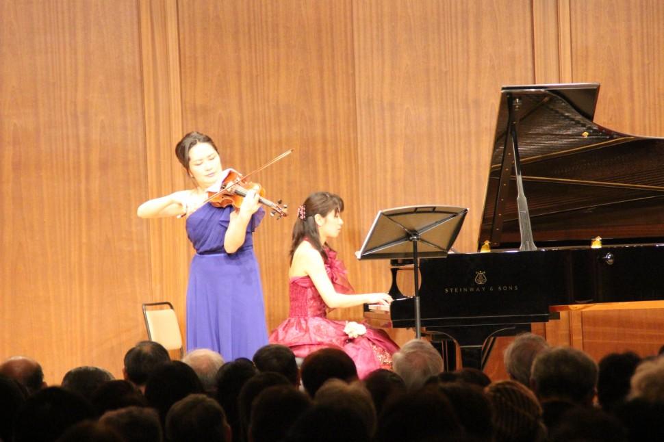 真野謡子さん(ヴァイオリン)と後藤加奈さん(ピアノ)