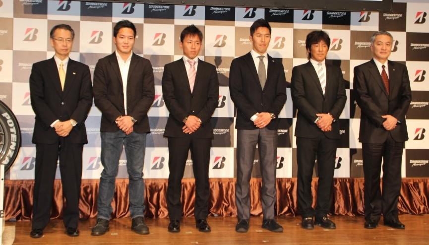 石橋専務(右端)、比留間常務(左端)との撮影に応じる(左から)久保・中須賀・伊藤・影山の各選手