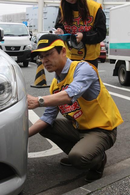 タイヤの残溝をチェックする山本悟取締役常務執行役員