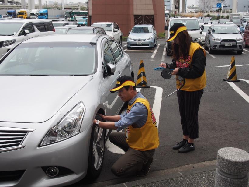 タイヤ点検活動の様子(神奈川県 首都高速道路 大黒パーキングエリア)