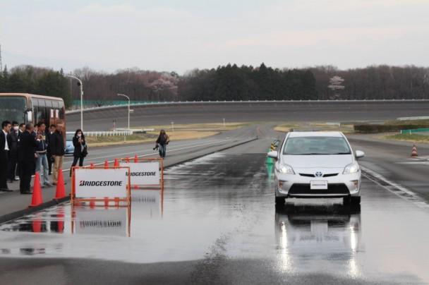 手前の看板が残溝1・6ミリのタイヤを装着したプリウスが止まった位置。奥が新品タイヤを装着したプリウスが止まった位置。7mの差がついた。