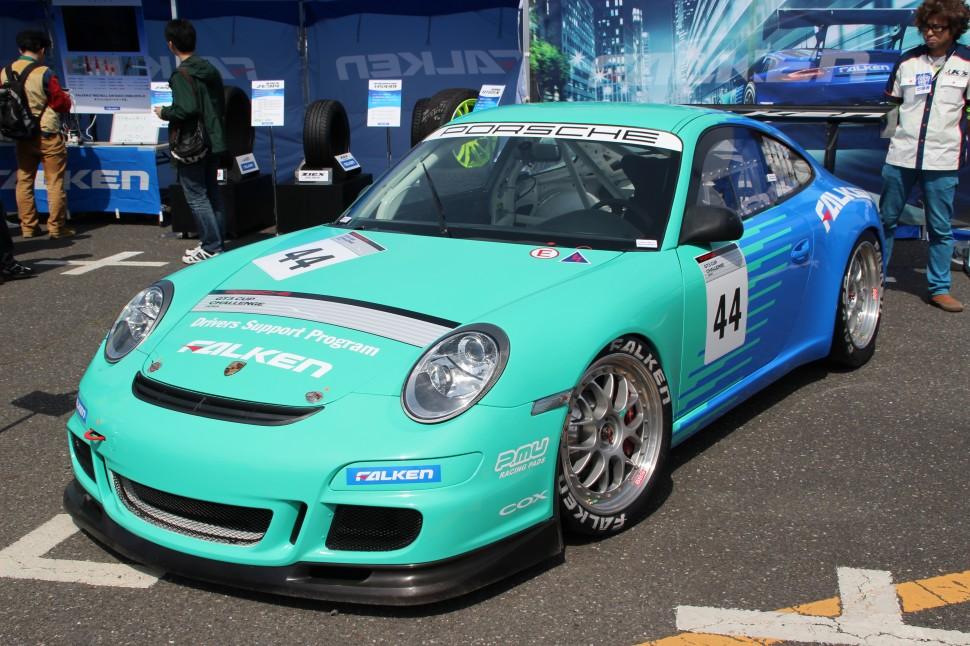 ポルシェ GT3 カップチャレンジ ジャパンに参戦中のFALKEN PORSCHEを展示し、来場者から注目を集めた