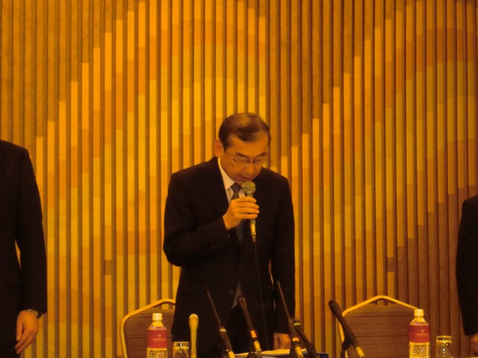 陳謝する久世哲也代表取締役専務執行役員