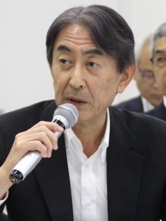 質疑応答で記者の質問に答える田中社長