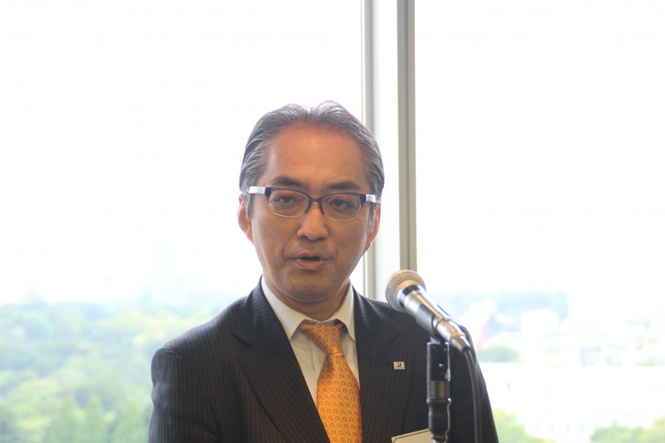 ゴムホース業界の取巻く環境について述べる望月会長