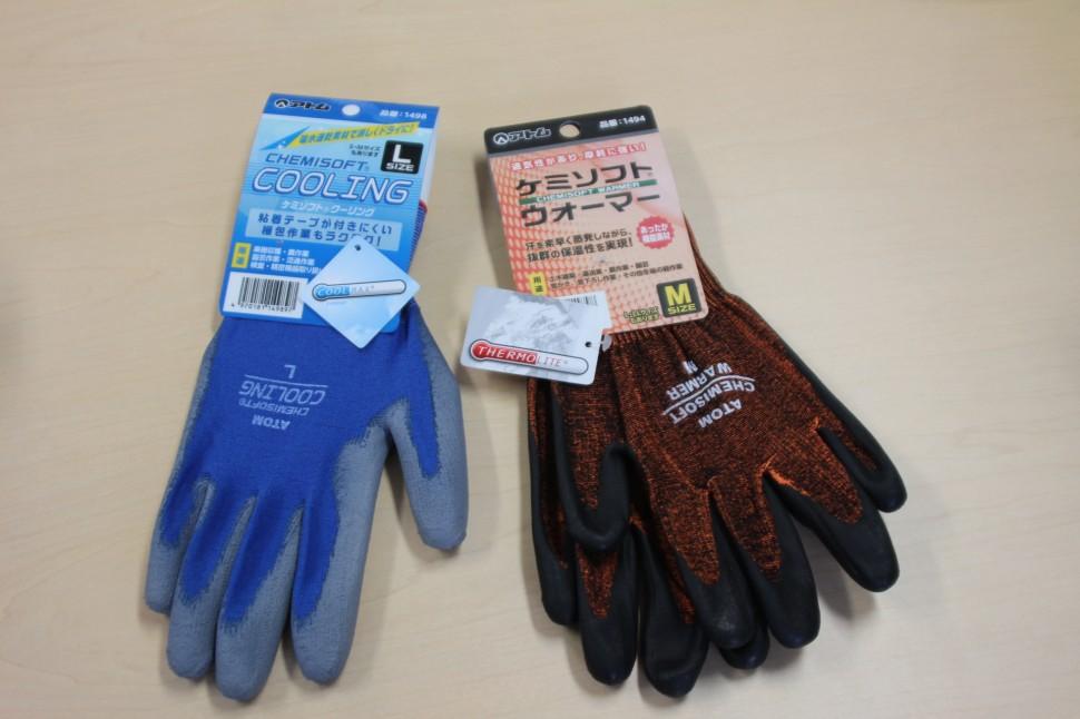 05月18日 手袋特集 アトム 左・新発売の夏場用作業手袋「ソフトケミ クーリング」、右・「ソフトケミ ウォーマー」