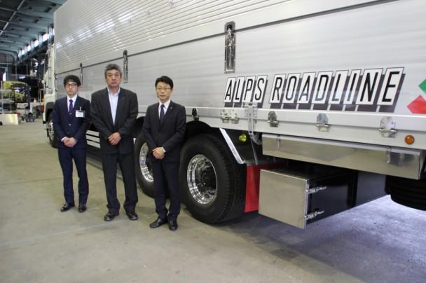 左から信州輸入タイヤの市瀬氏、アルプス運輸上嶋社長、秋田マネージャー