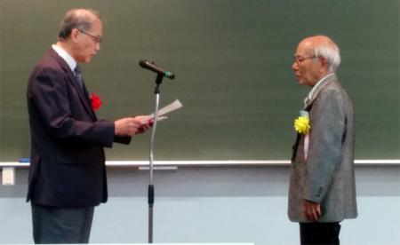 「第53回ゴム技術有功賞」を授与される阿波根朝浩氏(右)