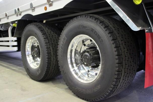 信州地区初採用となったワイドシングルタイヤ「XONE」