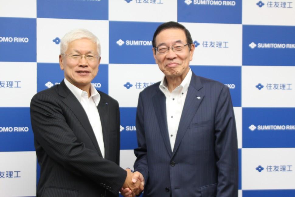 新役員体制でグローバル化を推進する右・西村新会長、左・松井新社長