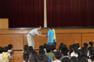 カワバタモロコの入った水槽を小学生へ贈呈