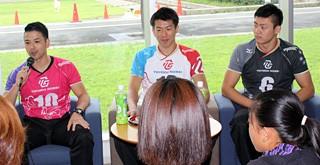 トークイベントに参加した(左から)古賀選手、岡本選手、近選手