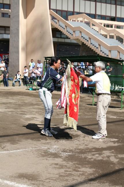 ヤマカミ(ベルト)チームには、優勝旗が手渡された