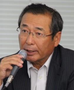 記者の質問に答える藤岡会長
