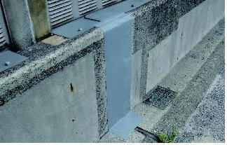 「シンエツパッチシール」の橋梁壁高欄遊間シールへの使用例