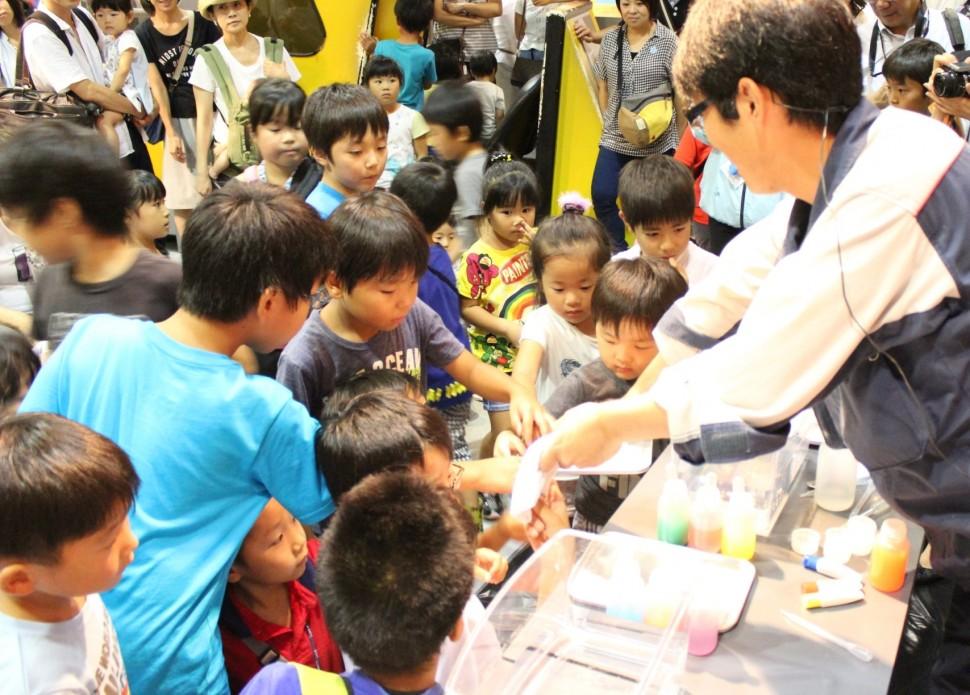 バンドー神戸青少年科学館で実験ショーに関心を持つ子どもたち