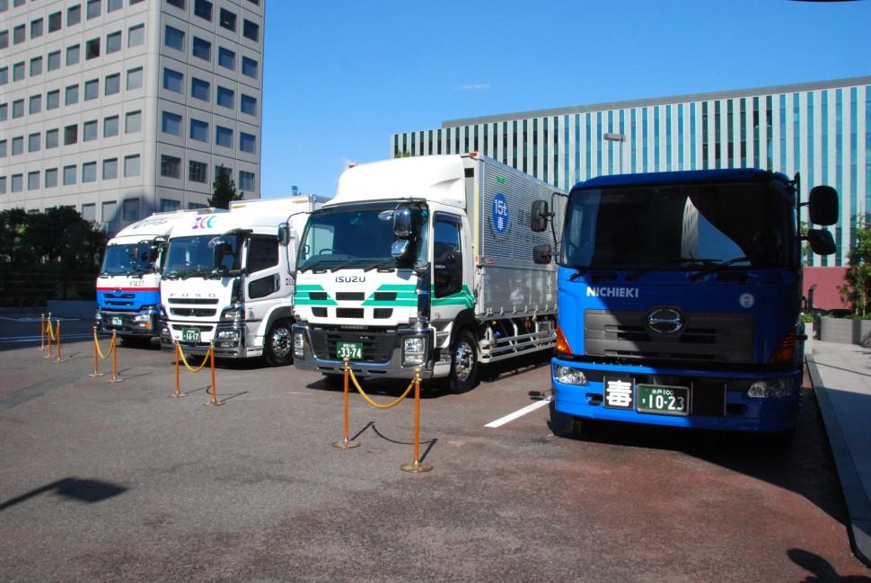 00 4台のヤ「X One」装着車両が展示された