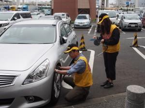 タイヤ点検活動の様子(2015年4月)