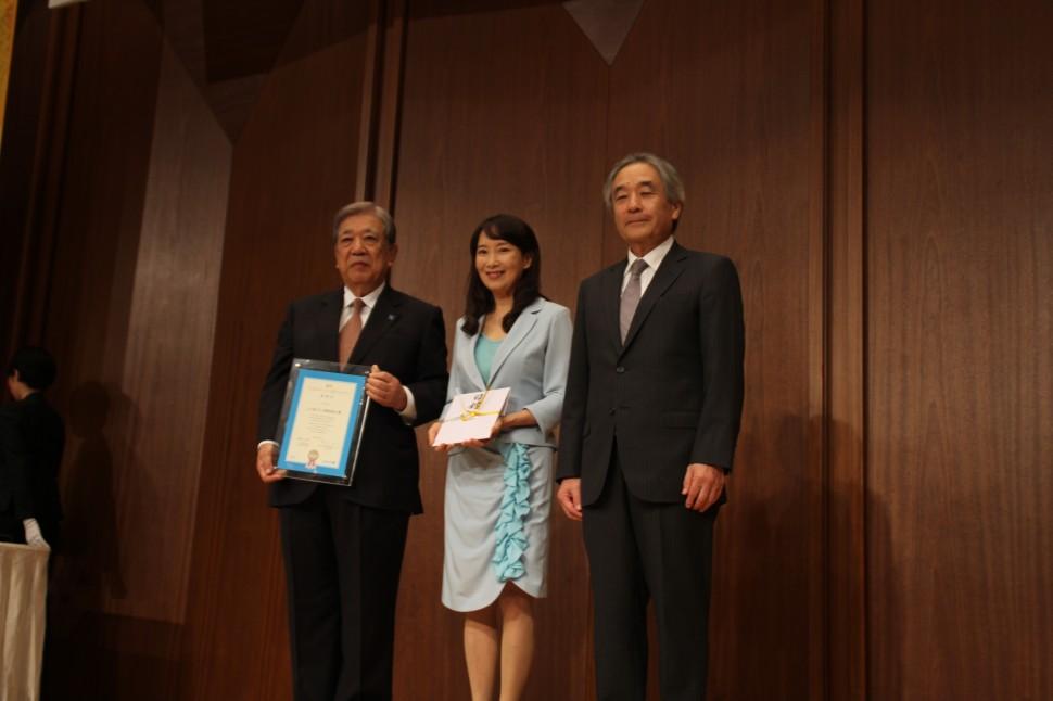 三ツ星ベルト西河紀男会長(左)、日本ユニセフ協会アグネス・チャン大使(中)、同早水研専務理事