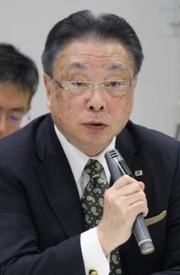 質疑応答で記者の質問に答える津谷CEO