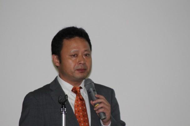 ラバーキャピラリーレオメーターの性能を説明するレオ・ラボの大江氏
