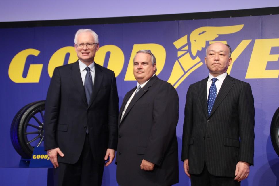 左:ダン・スミッカアジア・パシフィック・リージョン社長。真中:ダイル・ブラッキン日本グッドイヤー社長