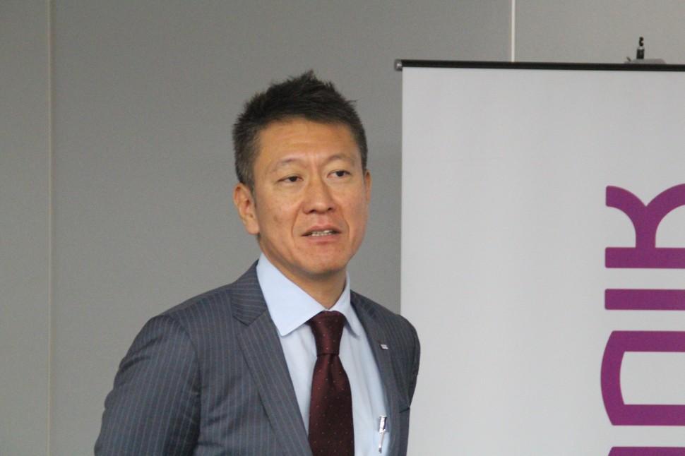 生産能力増強について述べる金井社長