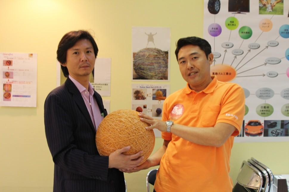 ラバーバンドボールを囲んで。中川副理事長(左)と牧野秀徳理事(右)
