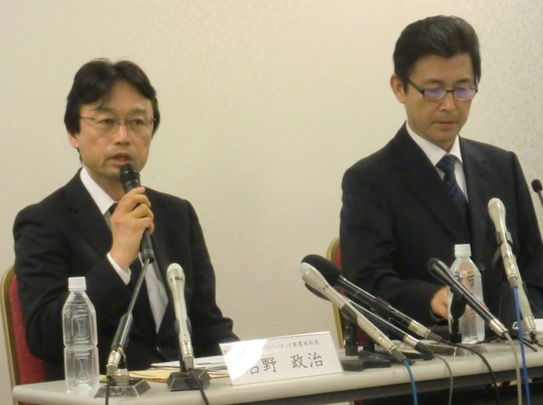 記者会見する高木常務(右)と石野ダイバーテック事業本部長
